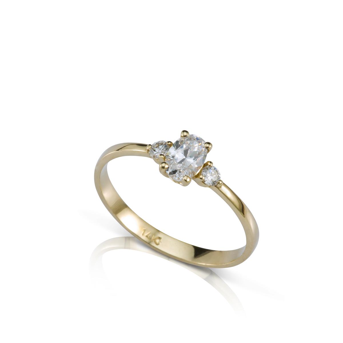 Oval shaped diamond engagment ring