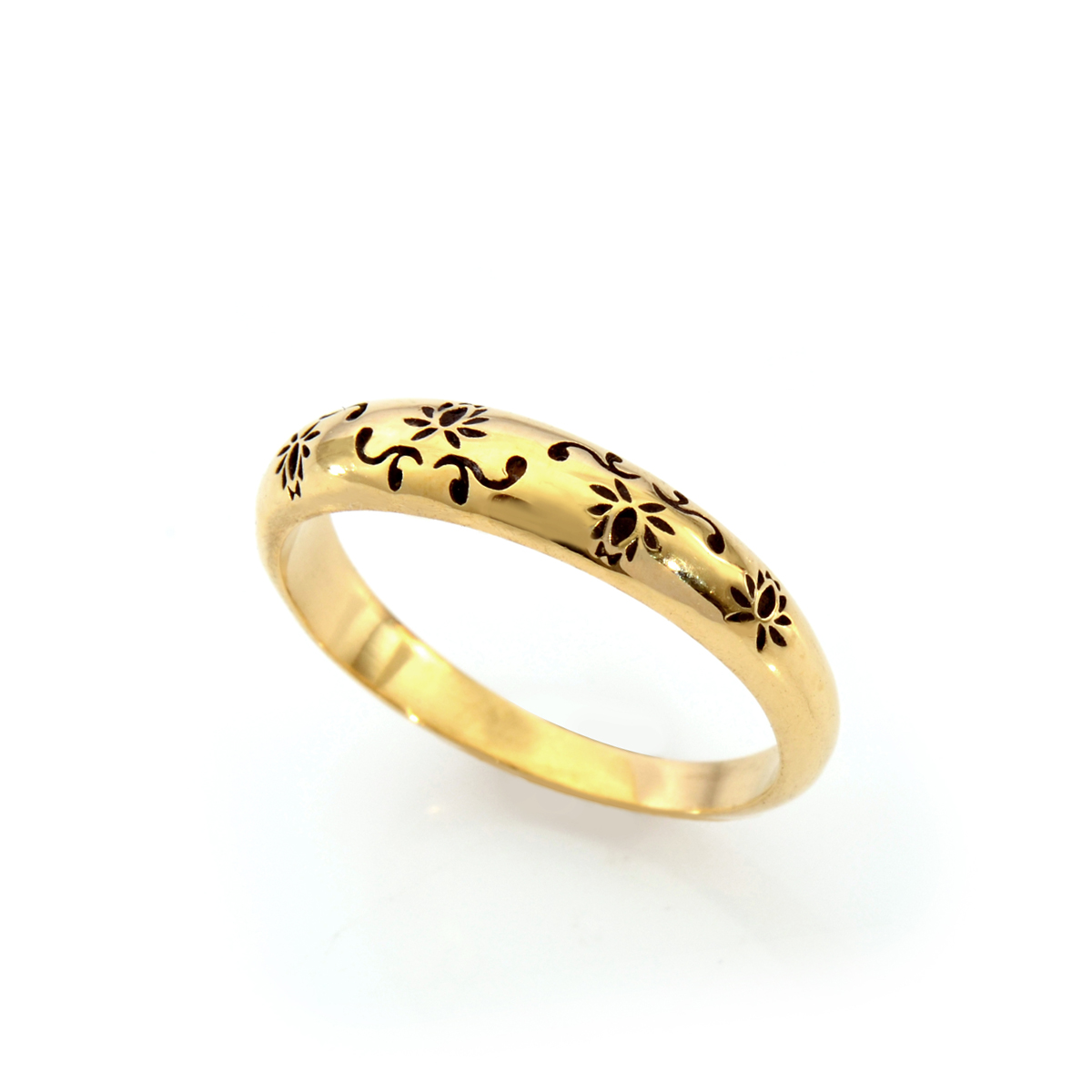 Floral design engraved gold ring
